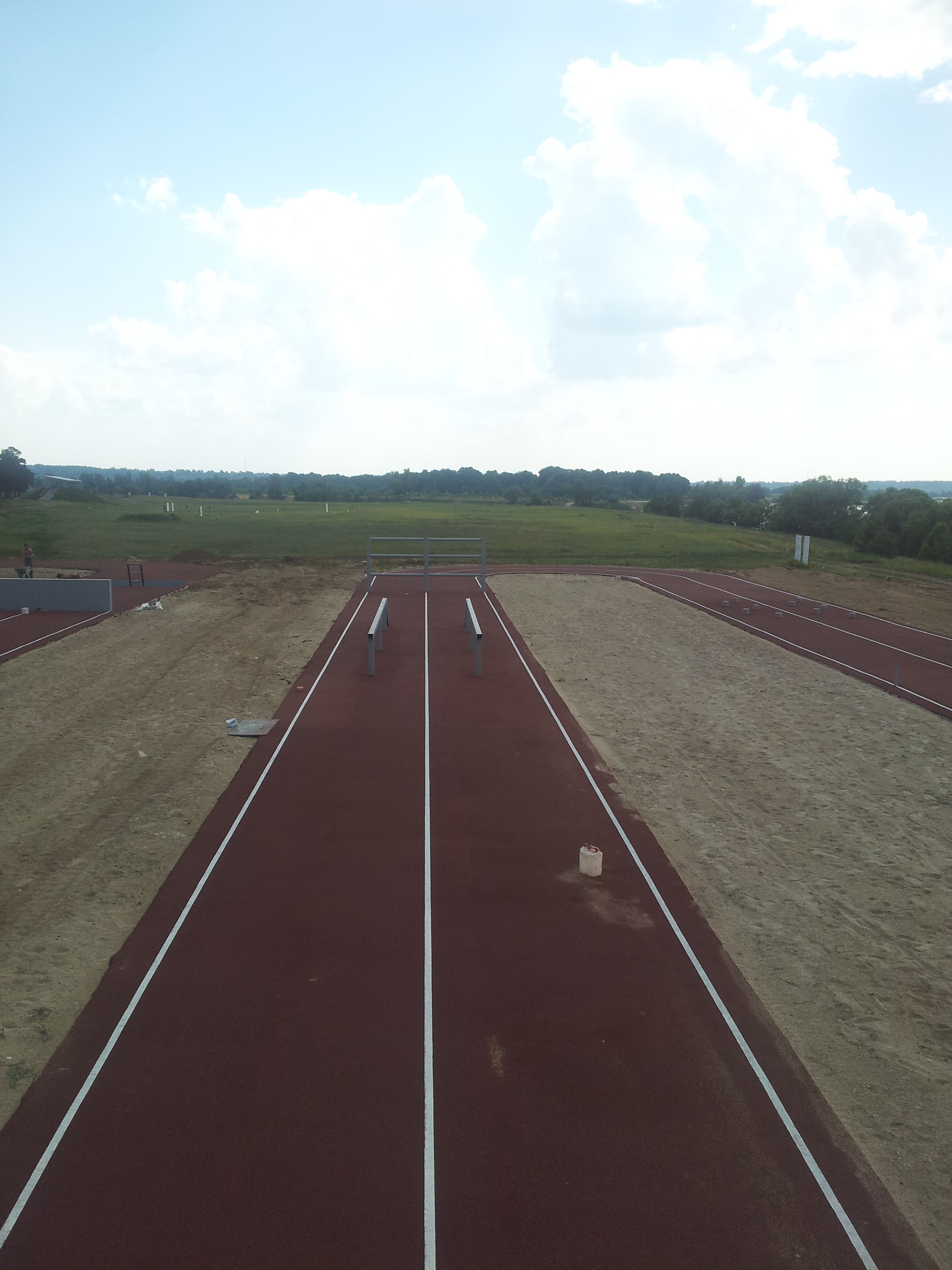 Спортивная беговая дорожка с препятствиями