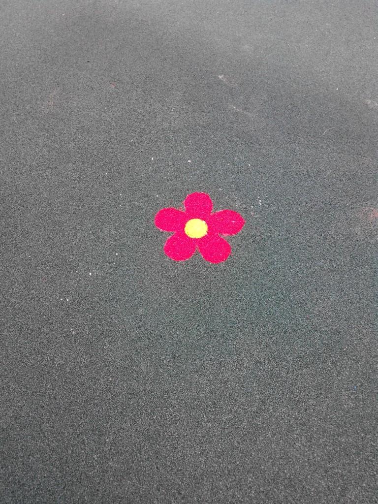 Декоративная вставка в напольное резиновое покрытие